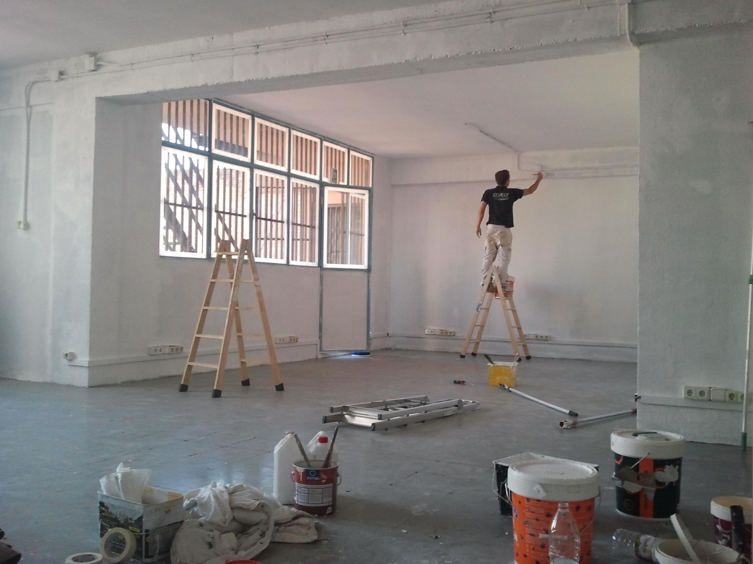 Aplicando primera capa pintura blanca en barcelona pintor barato